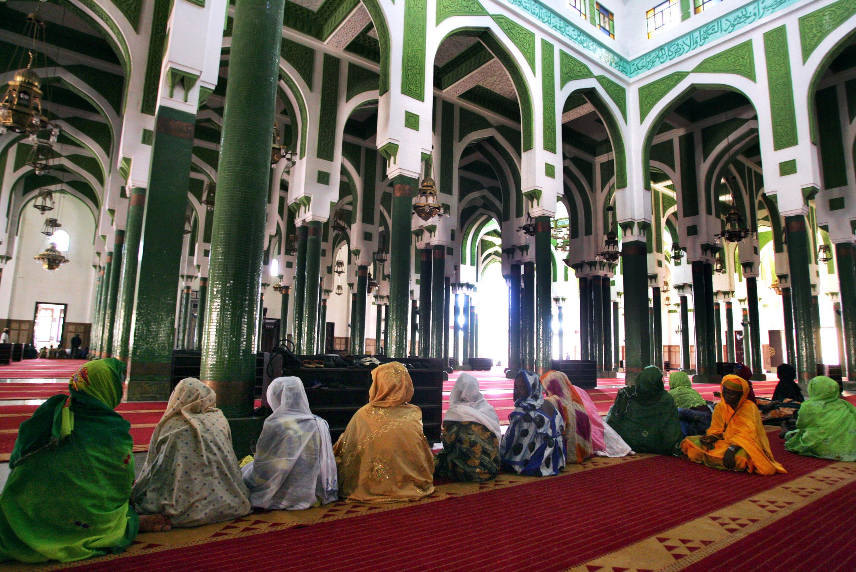 Des fidèles priant dans la grande mosquée Fayçal de Conakry.