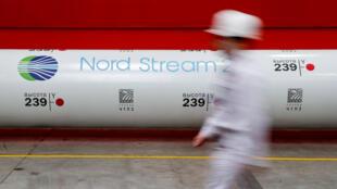El logotipo del proyecto de gasoducto Nord Stream 2 en un tubo de la planta de laminación ChelPipe Group en Chelyabinsk, Rusia.
