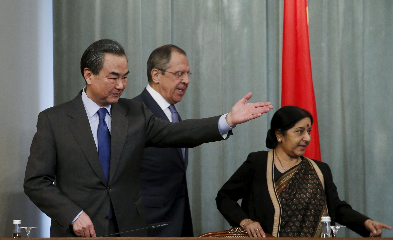 Ngoại trưởng Trung Quốc Vương Nghị (T) và đồng nhiệm Ấn Độ, bà Sushma Swaraj (P) trong cuộc họp báo tại Matxcơva ngày 18/04/2016.