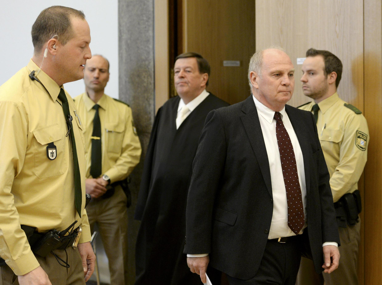 O presidente do Bayern de Munique, Uli Hoeness, na sua chegada ao tribunal de Munique, ele é acusado de fraude fiscal.