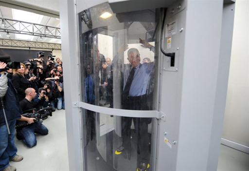 Présentation du scanner corporel, à l'aéroport Fiumicino de Rome, le 4 mars 2010.