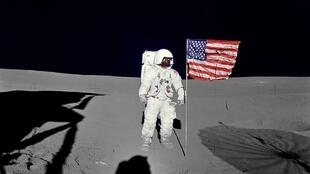 """برافراشتن پرچم آمریکا توسط  Edgar Mitchell بر روی سطح کره ماه. این عکس، ۵ فوریه سال ١٩٧١ برداشته شده و متعلق به سازمان فضانوردی آمریکا """"ناسا"""" می باشد."""