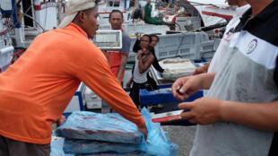 Lao động nước ngoài làm việc tại cảng cá Suao, quận Yilan, phía đông Đài Loan, ngày 28/07/2017.