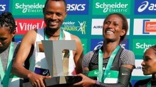 ژلت بورکا، دونده زن اتیوپیایی توانست ماراتن پاریس در بخش زنان را در ۲ ساعت و ۲۲ دقیقه و ۴۸ ثانیه به پایان برساند. ابرهه میلاو دونده مرد هموطن او نیز در بخش مردان در دو ساعت ۷ دقیقه و ۵ ثانیه برنده ماراتن پاریس شد.