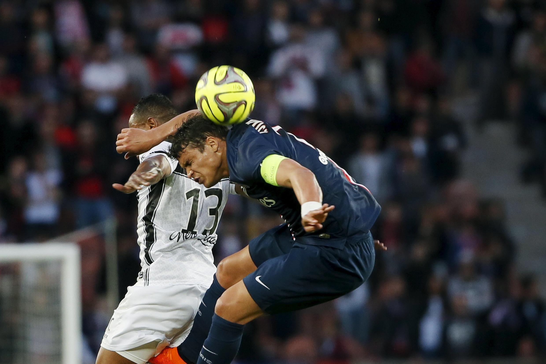 Thiago Silva, em lance da partida disputada nesta sexta-feira no Parc des Princes, em Paris.