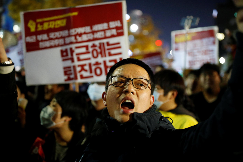 """Người biểu tình tại Seoul ngày 29/10/2016,  đòi tổng thống Park Geun-hye từ chức vì bê bối sử dụng """"quân sư""""  mù quáng."""