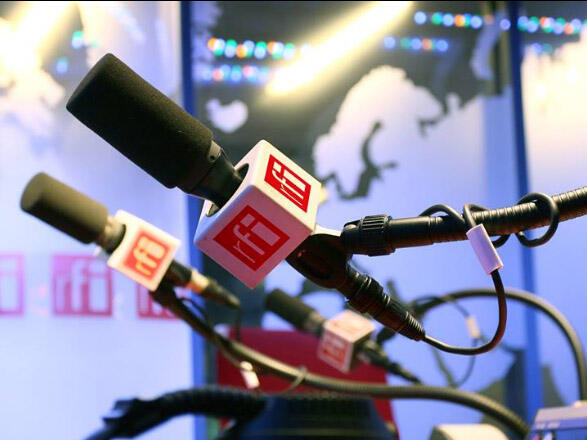 Dans les studios de RFI.