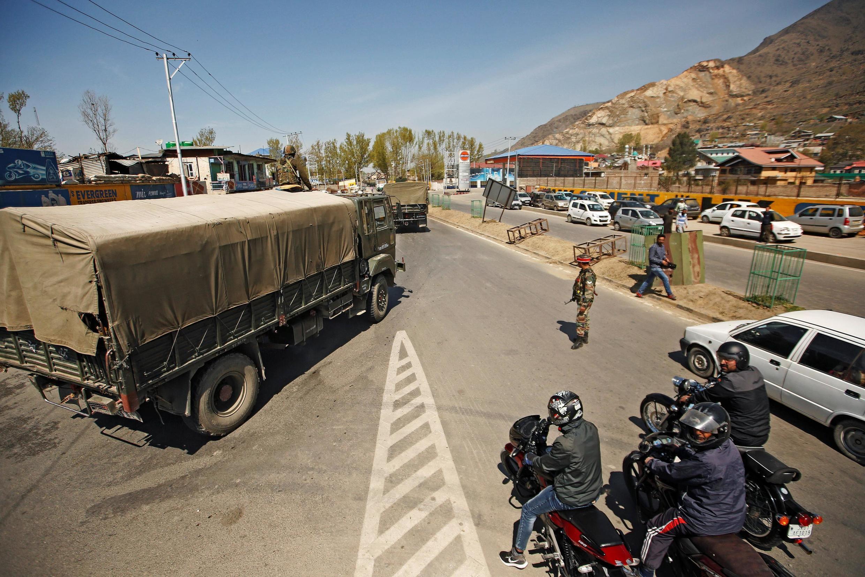 印度軍人在喀什米爾地區檢查站