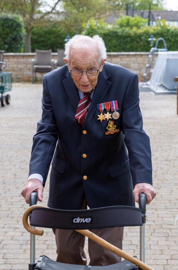 Le capitaine de l'armée britannique à la retraite Tom Moore, 99 ans, marche pour collecter des fonds pour le NHS, le service de santé britannique.