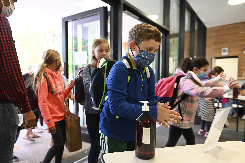 Des élèves se désinfectent les mains dans une école à Strasbourg, le 1er septembre 2020