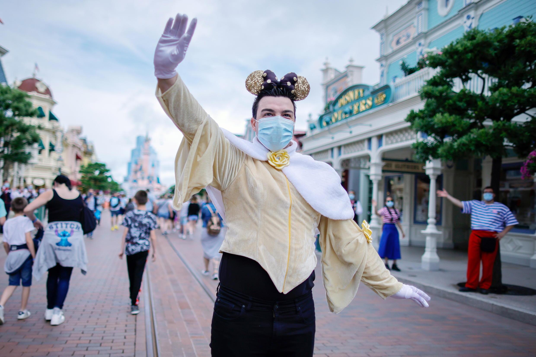 Visitantes se fantasiaram como seus personagens favoritos para marcar a reabertura da Disneyland Paris.