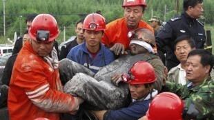 Cứu một công nhân tại mỏ than ở tỉnh Hắc Long Giang, Trung Quốc, 30/08/2011