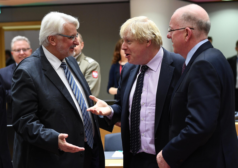 De gauche à droite, le ministre polonais des Affaires étrangères, Witold Waszczykoski, son homologue britannique Boris Johnson et celui d'Irlande, Charlie Flanagan.