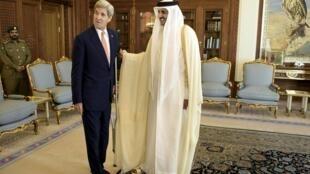 Sakataren kasashen wajen Amurka  John Kerry da Sarkin Qatar's Sheikh Tamim bin Hamad al-Thani a fadarsa dake Doha