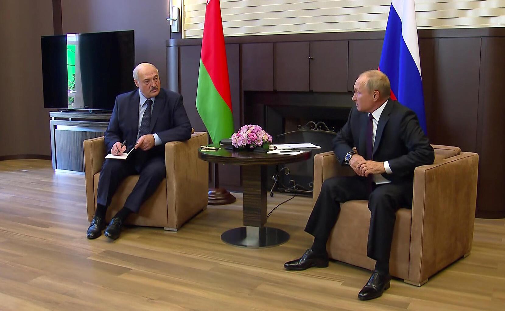 Tổng thống Alexandre Loukachenko (trái) hội kiến lãnh đạo Nga, Vladimir Putin tại Sotchi hôm 14/09/2020.