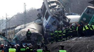 Les secouristes à Szczekociny (au sud de la Pologne), le 4 mars 2012, après la collision frontale entre 2 trains.