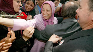 La très charismatique dirigeante de l'OMPI Maryam Radjavi salue les sympathisants venus l'accueillir, le 3 juillet 2003 à Auvers-sur-Oise.