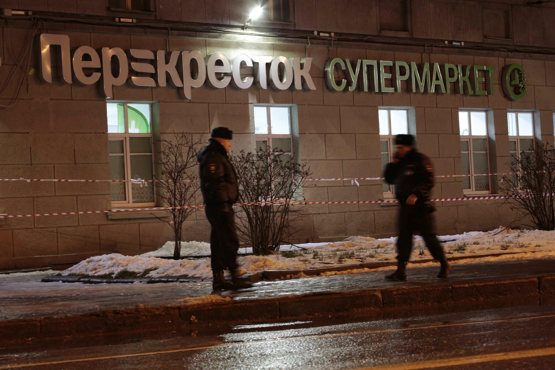 Saint Petersbourg : Cảnh sát Nga trước siêu thị xẩy ra vụ nổ tối 27/12/2017.