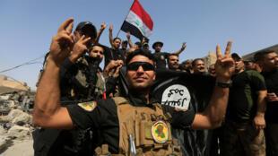 Miembros del ejército iraquí festejan la reconquista de Mosul, el 9 de julio de 2017.