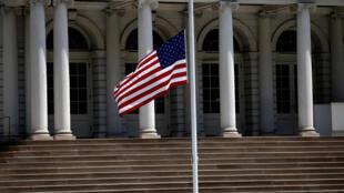Un drapeau américain en berne, devant l'Hôtel de Ville de New York (illustration).