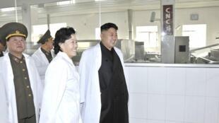 Lãnh đạo Bắc Triều Tiên Kim Jong Un (P) thăm một cơ sở sản xuất thực phẩm của quân đội. (Ảnh do KCNA công bố ngày 1711/2013)