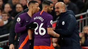 Pep Guardiola, l'entraîneur de Manchester City, remplace Riyad Mahrez par Gabriel Jesus lors du match de Premier League contre Tottenham, au stade Wembley, à Londres, au Royaume-Uni, le 29 octobre 2018.