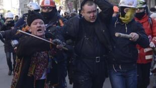 Неизвестный, захваченный манифестантами во время столкновений с милицией в Киеве 18/02/2014