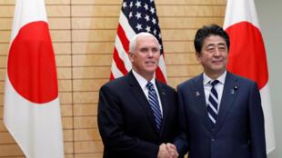 Phó tổng thống Mỹ Mike Pence (T) và thủ tướng Nhật Shinzo Abe tại dinh thủ tướng ở Tokyo, ngày 13/11/2018.