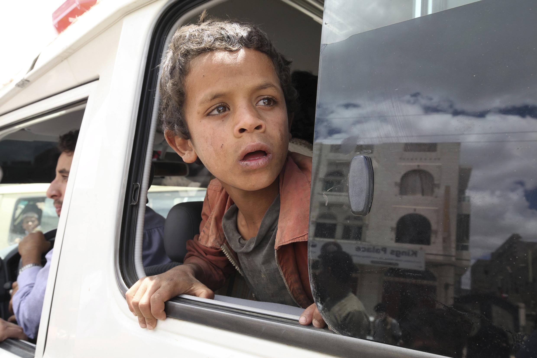 Un enfant est secouru par la Croix-Rouge après des bombardements à Sanaa, le 2 mai 2015.
