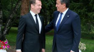 Thủ tướng Nga Dmitry Medvedev (trái) gặp tổng thống Kyrgyzstan, Sooronbay Jeenbeko, bên lề thượng đỉnh Liên minh Á Âu tại Cholpon-Ata ngày 09/08/2019/