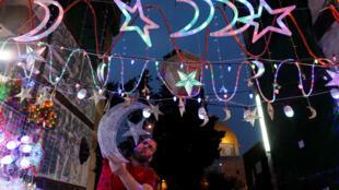Palestinos decoram a cidade velha de Jerusalém para o ramadã.
