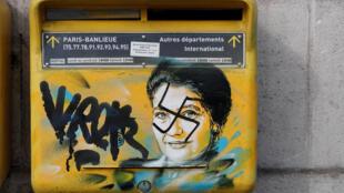 En París, un buzón de correo fue vandalizado con una esvástica pintada encima del dibujo de Simone Veil, exministra de Salud francesa y sobreviviente de los campos de concentración. 12 de febrero de 2019.