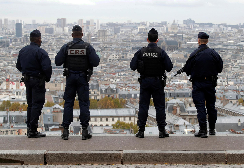Des policiers et CRS patrouillent sur la Butte Montmartre à Paris le 30 octobre 2020, alors que la France a élevé son niveau d'alerte de sécurité sur tout le territoire (image d'illustration).