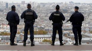 Des policiers et CRS sur la Butte Montmartre à Paris.