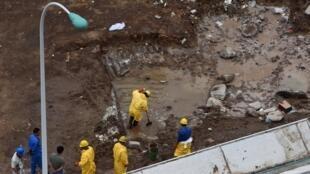 Des secouristes enlèvent l'eau polluée par l'explosion de l'entrepôt de produits chimiques, sur la zone portuaire de tianjin contenant quelque 700 tonnes de cyanure de sodium.
