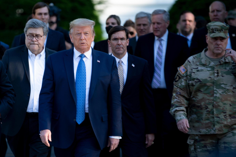 Tổng thống Hoa Kỳ Donald Trump, cùng với bộ trưởng Tư Pháp William Barr, bộ trưởng Quốc Phòng Mark Esper và tham mưu trưởng Mark Milley, ngày 01/06/2020 tại Washington.
