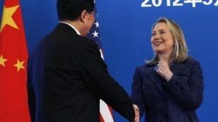 O presidente chinês Hu Jintao cumprimenta a secretária de Estado americana, Hillary Clinton, nesta quinta-feira, em Pequim.