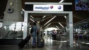 Une hôtesse de l'air de la Malaysia Airlines à l'aéroport de Kuala Lumpur, le 21 juillet 2014.