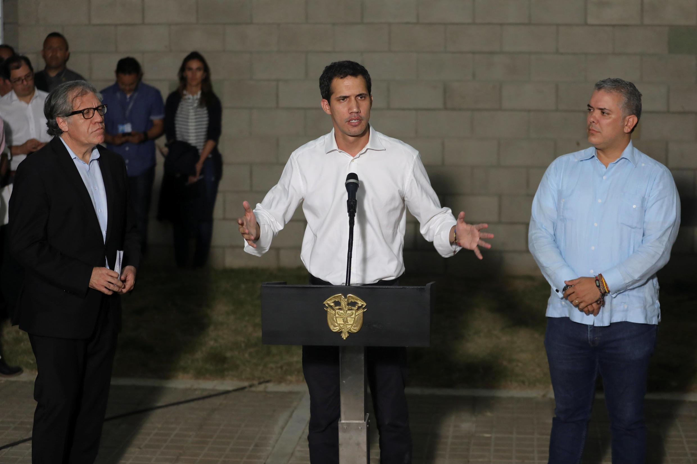 Juan Guaido entouré du président colombien Ivan Duque (D) et du secrétaire général de l'Organisation des Etats américains, Luis Almagro (G), lors d'une déclaration à la presse à Cucuta, samedi 23 février 2019.