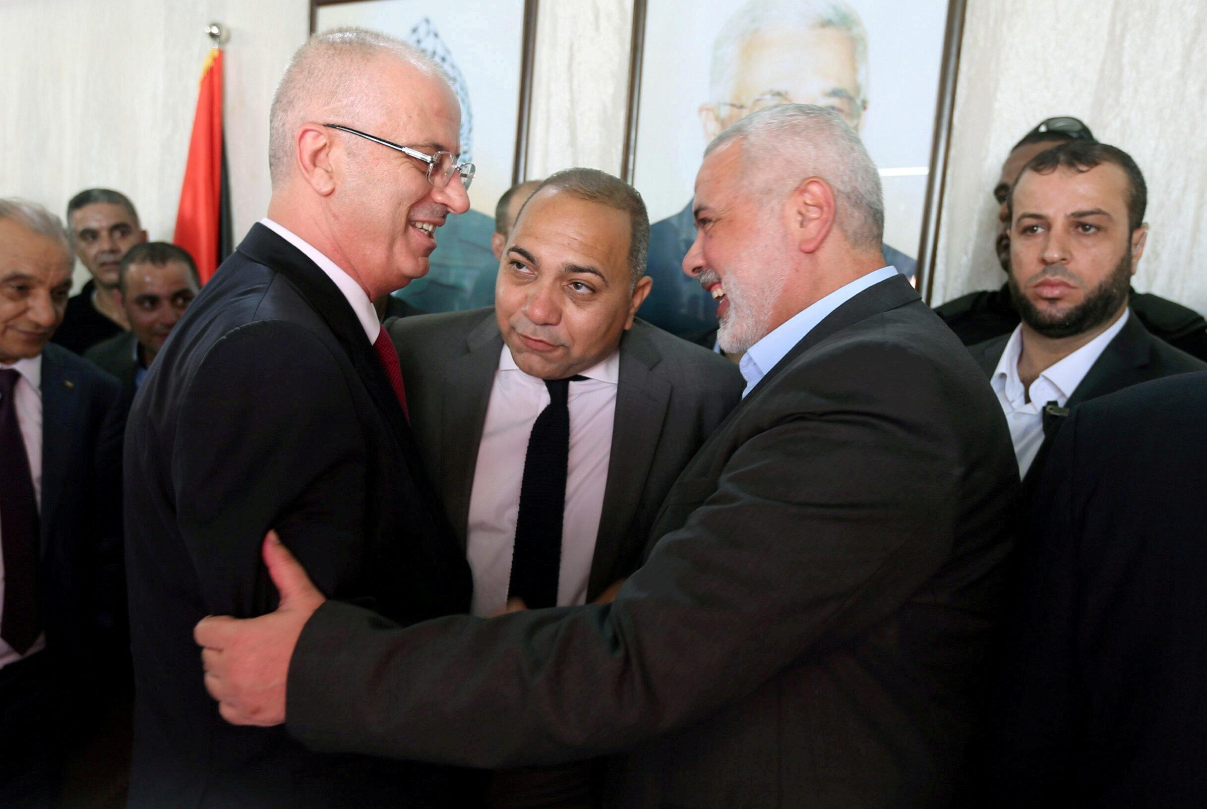 El primer ministro palestino, Rami Hamdallah, saluda al jefe de Hamas Ismail Haniya en Gaza, el 2 de octubre de 2017.