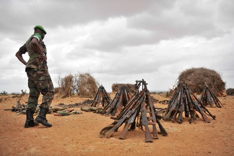 Le major général Nakibus Lakara de l'Amisom inspecte les armes saisies auprès des rebelles shebabs, dans la région somalienne de Hiran, le 10 juin juin 2016.