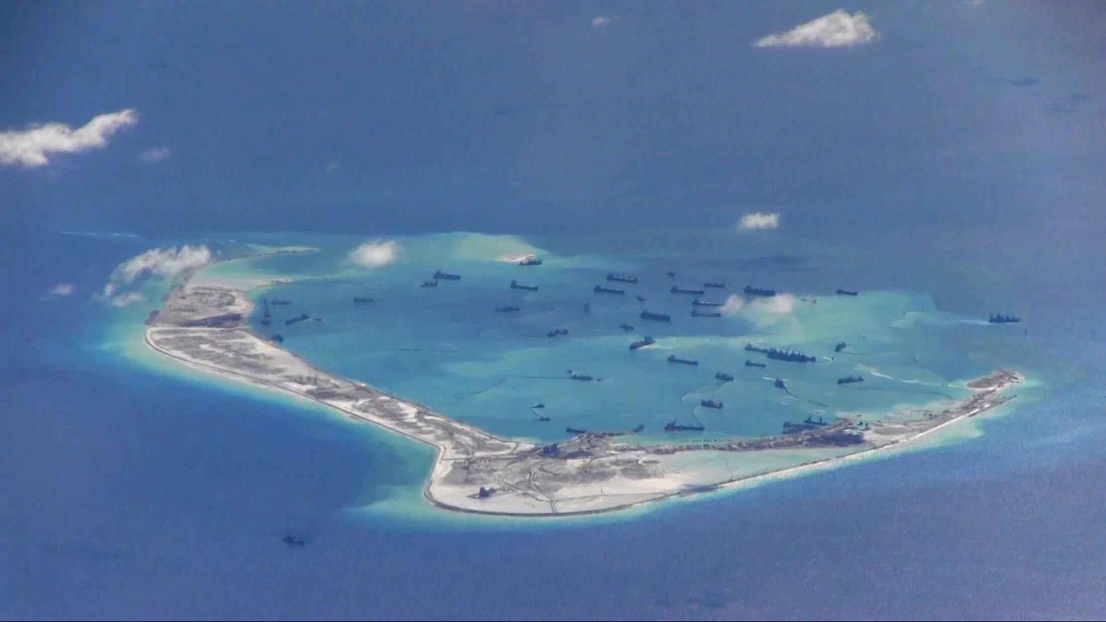 Le récif corallien Mischief en 2015. Situé dans la ZEE revendiquée par Manille au large de ses côtes, il est contrôlé par les Chinois depuis 1995. La Chine y déploie des installations stratégiques et donc potentiellement militaires depuis plusieurs années.