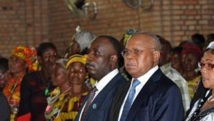 Eugène Diomi Ndongala (G) aux côtés du leader du principal parti d'opposition Etienne Tshisekedi, en l'église Notre-Dame de Kinshasa, le 22 juin 2012.