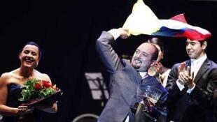 Por primera vez en la historia del mundial se registró un empate en la  categoría Tango Salón entre la pareja de colombianos finalmente ganadora (foto) y la  de los venezolanos John Erban y Clarissa Sánchez, que terminaron en segundo  lugar.