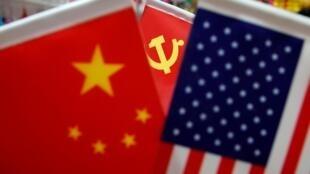 Des drapeaux de la Chine et des États-Unis visibles dans une rue du marché de Yiwu dans la province de Zhejiang. Le 10 mai 2019.