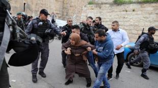 Forças israelenses prendem mulher em Jerusalém, no dia 12 de março