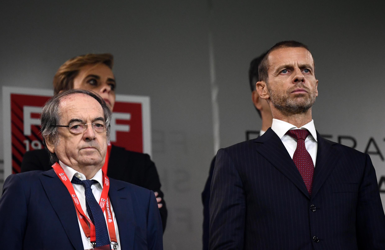El presidente de la UEFA, Aleksander Ceferin (D) y el presidente de la Federación Francesa de fútbol (FFF) Noel Le Graet (I) asisten al partido de clasificación del Grupo H de la Euro 2020 entre Albania y Francia, en el Air Albania Stadium, en Tirana, el 17 de noviembre de 2019.
