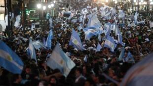 Argentinos comemoram vaga na final nas ruas de Buenos Aires.