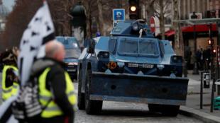 Полиция впервые вывела на улицы бронетранспортеры