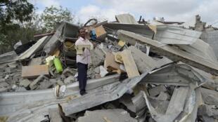 Centro comunitário destruído por ataque aéreo da coalizão árabe na província iemenita de Hudieda, neste sábado